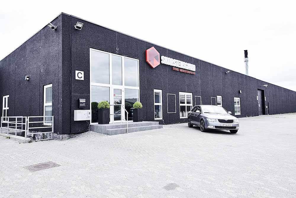 Indgang for kunder til vores indskrivning og værksted - Skorstensgaard Esbjerg