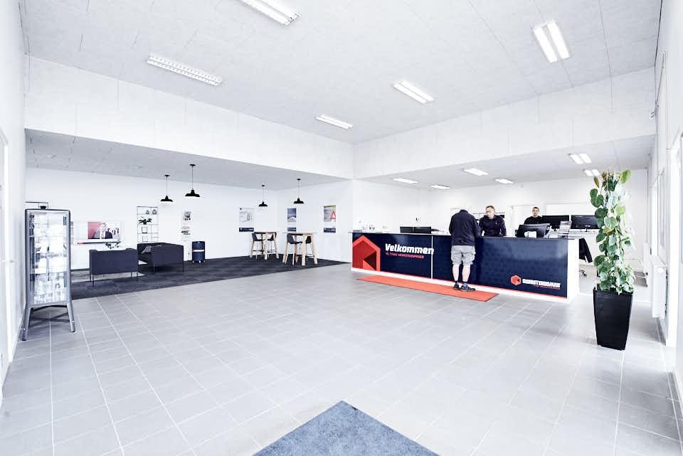 Indskrivning af biler hos Skorstensgaard i Esbjerg foregår her - Mikkel Larsen og Søren A. Madsen byder velkommen