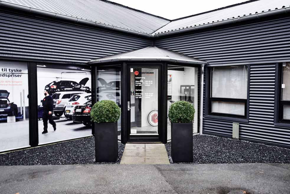 Kundeindgang hos Skorstensgaard værksted i Hobro - bilreparation udføres uanset mærke og årgang