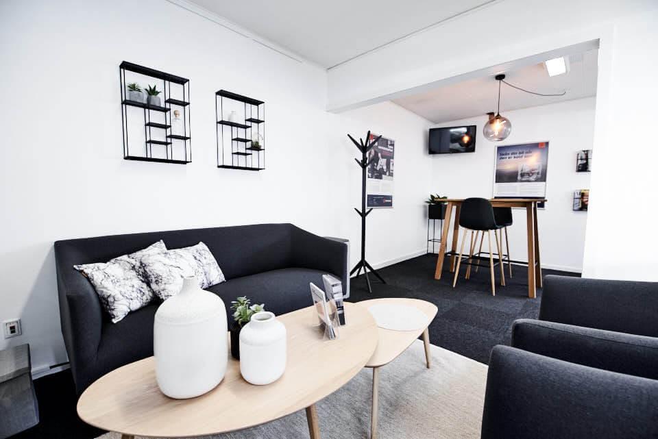 Skorstensgaard Køge, Ørnevej 4, med venterum med tv, gratis internet og kaffe