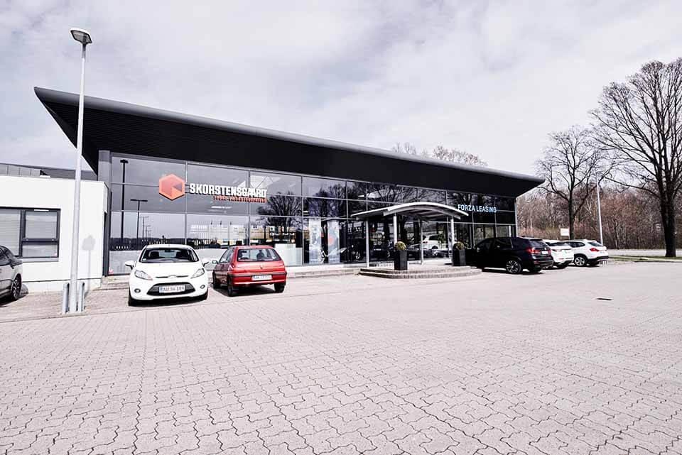 Skorstensgaard værksted i Odense C - Reparation og service af biler til tyske værkstedspriser - set fra parkeringsplads