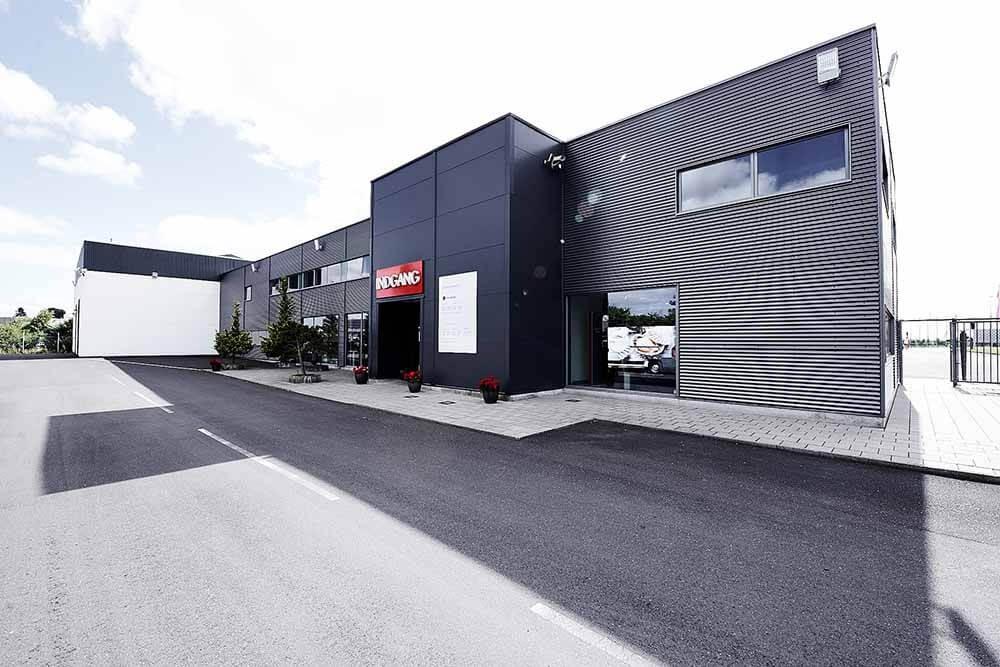 Kundeindgang hos Skorstensgaard værksted i Taastrup ved København - bilreparation udføres uanset mærke og årgang