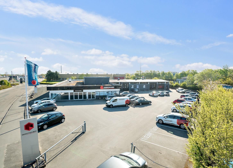Skorstensgaard autoværksted i Viby J ved Århus - her set fra parkeringspladsen
