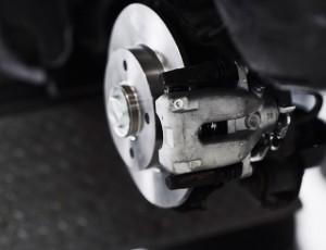 Forhjulsbremse-bremseskive-og-bremsekaliber-paa-bil