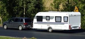 Bil-med-campingvogn-på-ferie
