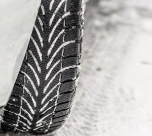 Vinterdæk på snedækket vej - få skiftet vinterdæk hos Skorstensgaard