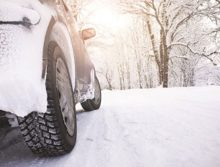 bil i snedækket skov