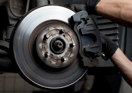 adskillelse-af-bilens-bremser-for-servicering
