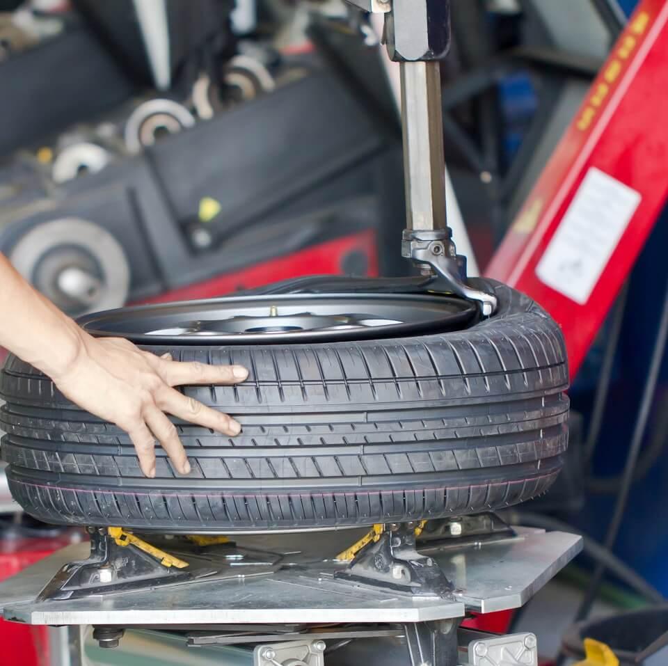 Dækmonteringsmaskine er en nødvbendighed for at få krænget det nye dæk ned over fælgen.