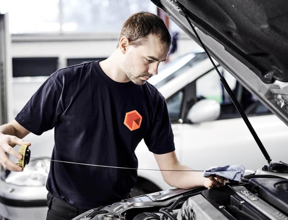 Før bilferien sydpå bør du kontrollere oliestanden på din bil