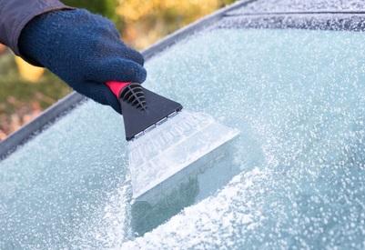 frost-og-is-skrabes-af-bilrude