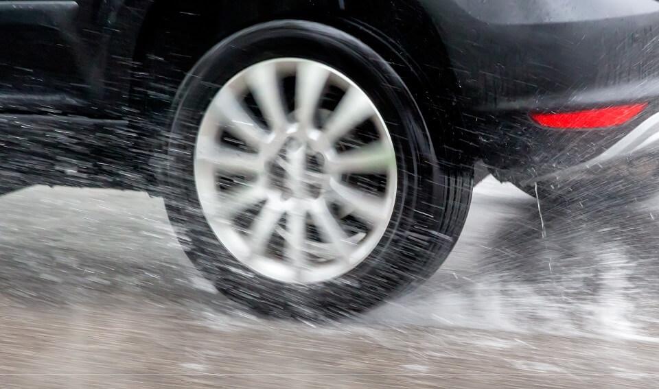 Akvaplaning opstår oftere med slidte dæk og kan minimeres ved brug af de rigtige dæk