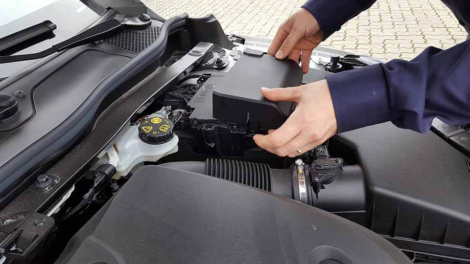 bilbatteri afdækning fjernes