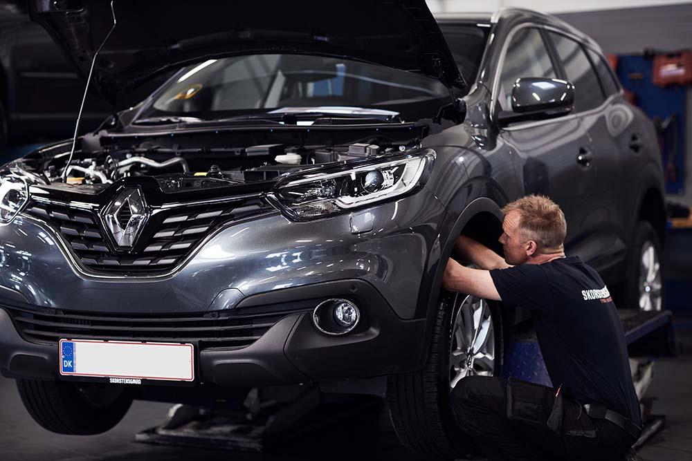 Renault bil på værksted hos Skorstensgaard autoværksted i Svendborg. 20-40% billigere end det autoriserede Renault værksted